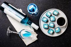Голубые крены суш и голубое вино chardonnay на черной предпосылке Испанское голубое вино, ультрамодное питье, причудливое вино, в Стоковые Фото