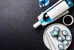 Голубые крены суш и голубое вино chardonnay на черной предпосылке Испанское голубое вино, ультрамодное питье, причудливое вино, в Стоковая Фотография