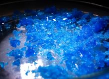 Голубые кристалл или bluestone пентагидрата сульфата меди Кристалл лаборатории неорганической химии стоковое фото