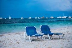 Голубые кровати солнца на тропическом пляже Стоковые Изображения