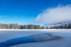 Голубые лед и отказы на поверхности льда Замороженное озеро под голубым небом в зиме стоковые фотографии rf