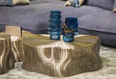 Голубые модные стеклянные вазы на таблице золота современной Стильный внутренний стиль Арт Деко Стоковая Фотография RF