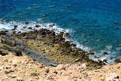 Голубые море, утес и камни Стоковые Изображения RF