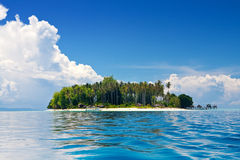 голубые небеса острова греют на солнце тропическое Стоковое фото RF