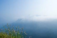голубые небеса холмов вниз Стоковые Изображения