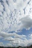 голубые облака fleeced небо Стоковые Изображения RF