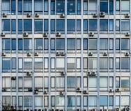 Голубые окна старого делового центра стоковое изображение