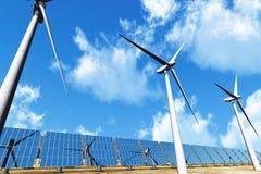 голубые пасмурные турбины панелей s солнечные под ветром Стоковое фото RF