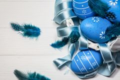 голубые пасхальные яйца на белой предпосылке стоковое изображение