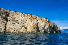 Голубые пещеры на скале острова Закинфа, Греции стоковые изображения