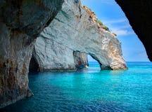 Голубые пещеры трясут своды arces голубых пещер от sightseeing шлюпки с туристами в открытом море пещеры внутренности Ionian моря Стоковое Изображение