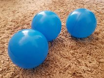 Голубые пластиковые шарики для детей стоковые фото