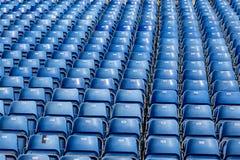 Голубые пластичные стулья с номерами на трибуне Стоковые Изображения