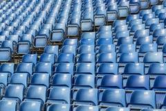 Голубые пластичные стулья с номерами на трибуне Стоковое фото RF