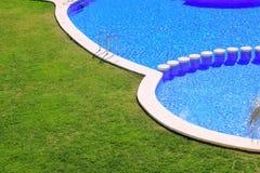 голубые плитки заплывания бассеина зеленого цвета травы сада Стоковое Изображение