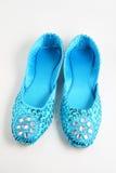 голубые плоские jewelled ботинки Стоковые Изображения