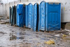 Голубые портативные туалеты на строительной площадке стоковое фото