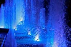Голубые потоки накаляя фонтана, загоренного фонтана на ноче Стоковая Фотография RF