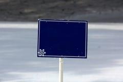 голубые пустые наклоны лыжи знака Стоковое фото RF