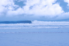 голубые разбивая волны Стоковое фото RF