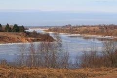 Голубые река и небо Стоковая Фотография