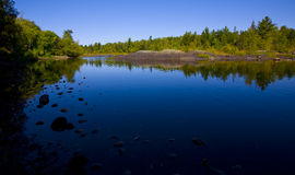 голубые реки камни все еще стоковые фото