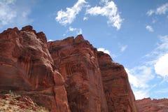 голубые скалы дезертируют над небом Стоковое Фото
