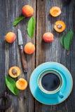 Голубые сливы кофе и апельсина на деревянном подносе Стоковые Фотографии RF