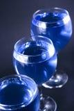 голубые стекла питья стоковые фотографии rf