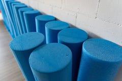 Голубые стоящие крены pilates сверху стоковые фото