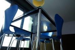 Голубые стулья вокруг таблицы стоковое изображение rf