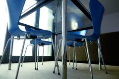 Голубые стулья вокруг таблицы стоковая фотография rf