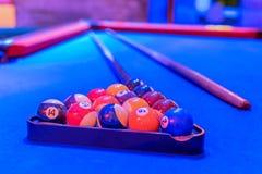 Голубые таблица, шарики и сигнал биллиарда Стоковая Фотография RF