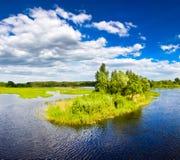 голубые холодные валы озера острова Стоковая Фотография