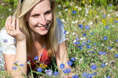 голубые цветки смотря женщину стоковое фото rf