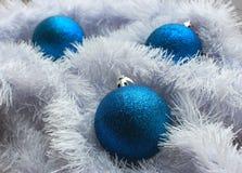 Голубые шарики и праздничное белое украшение снега как Новый Год и с Рождеством Христовым украшение Стоковая Фотография RF