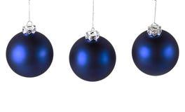 Голубые шарики рождества на белизне Стоковые Изображения RF