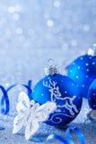 Голубые шарики рождества на голубой предпосылке с bokeh стоковое изображение rf