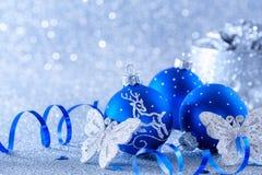 Голубые шарики рождества на голубой предпосылке с bokeh стоковое изображение