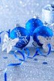 Голубые шарики рождества на голубой предпосылке с bokeh стоковая фотография