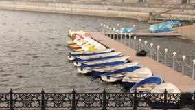 Голубые шлюпки и катамараны на озере в парке стоковые изображения rf