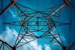 Голубые электрические линии и небо