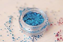 Голубые Sequins для дизайна ногтей в коробке Яркий блеск в опарниках стоковая фотография