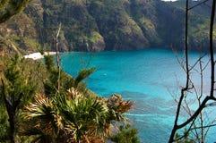 голубыми воды окруженные горами Стоковые Изображения RF
