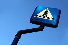 Дорожный знак для пешеходного перехода Реальное, голубое небо стоковое изображение