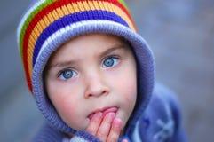 голубым смотреть eyed ребенком вверх Стоковая Фотография