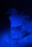 голубым сухим стеклянным вода освещенная льдом Стоковое фото RF