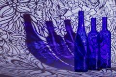 3 голубых бутылки на заднем плане стоковые изображения