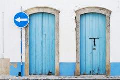2 голубых двери и голубого знак уличного движения Стоковые Изображения