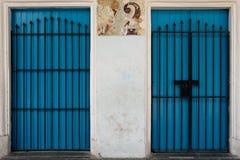 2 голубых двери с расмками металлоискателя на улицах Гаваны, Кубы Стоковые Изображения